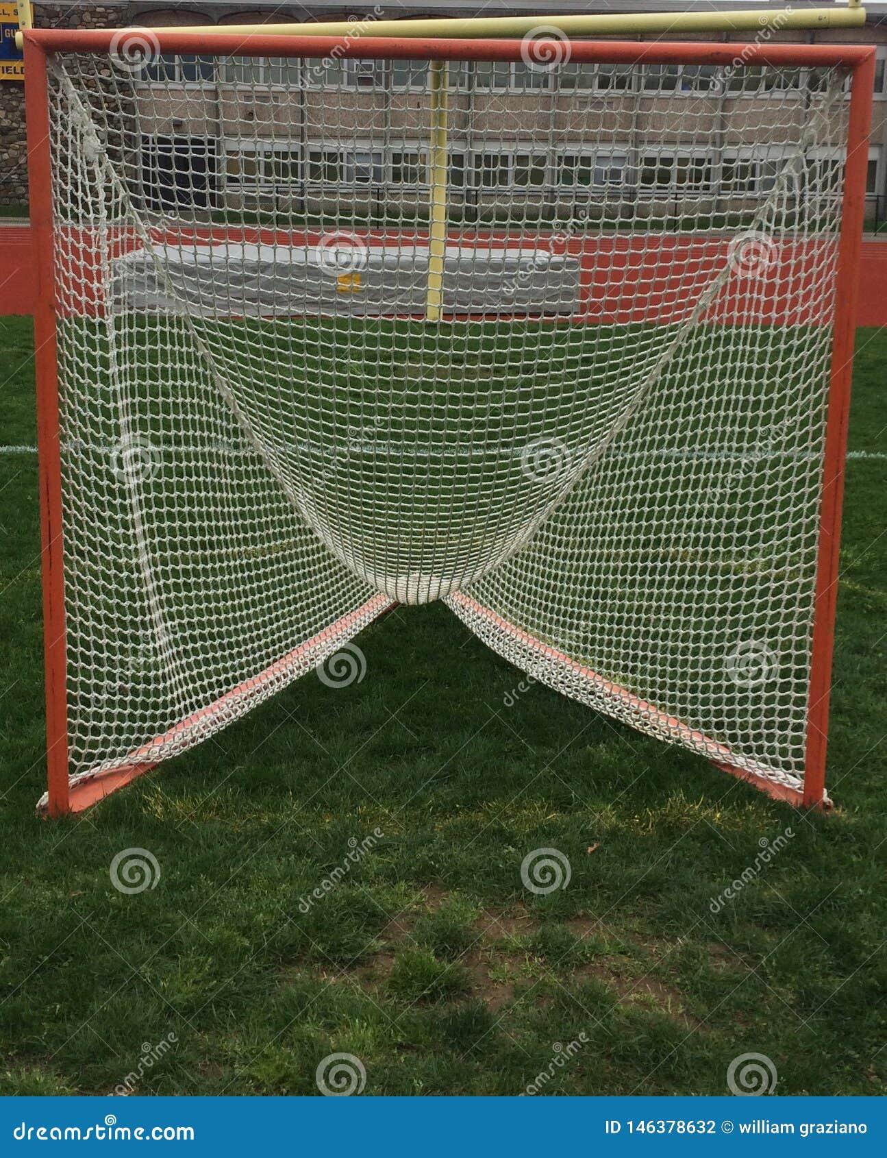Meta de LaCrosse en un campo de hierba antes de un juego