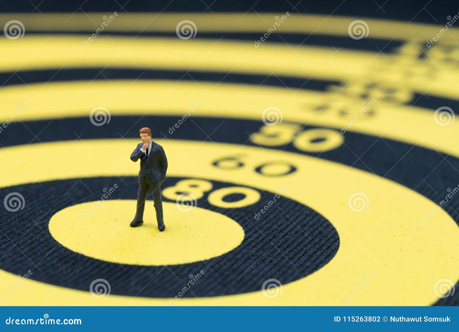 Meta de negocio, blanco y logro o concepto de la dirección, minuto