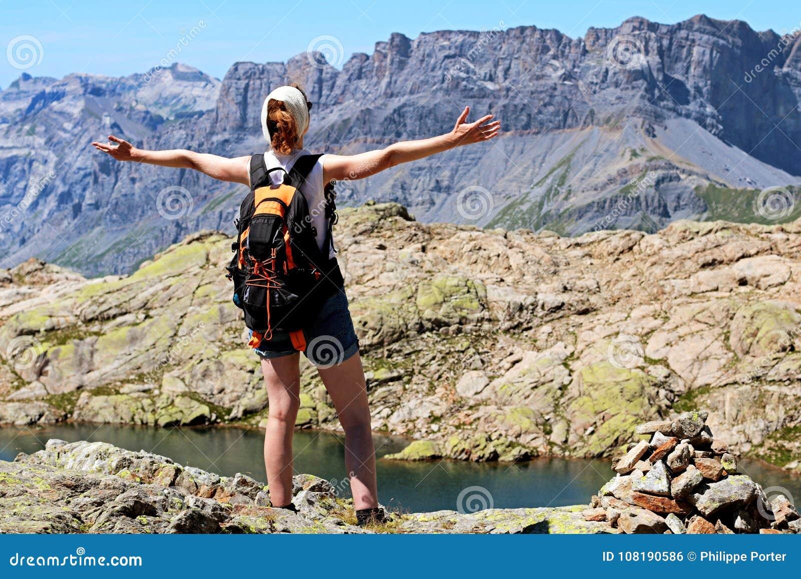 Meta que alcanza de la mujer del éxito en la cumbre en Chamonix