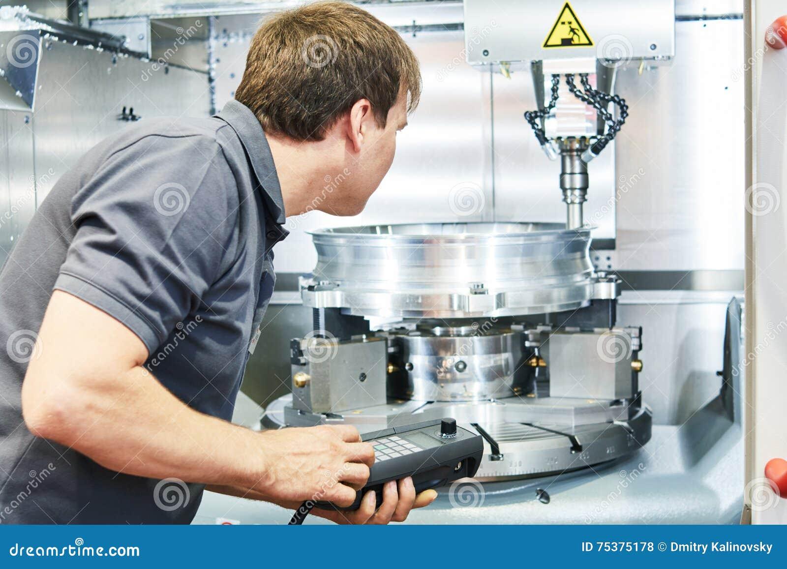Metaal die de industrie machinaal bewerken Arbeider die cnc malenmachine in werking stellen