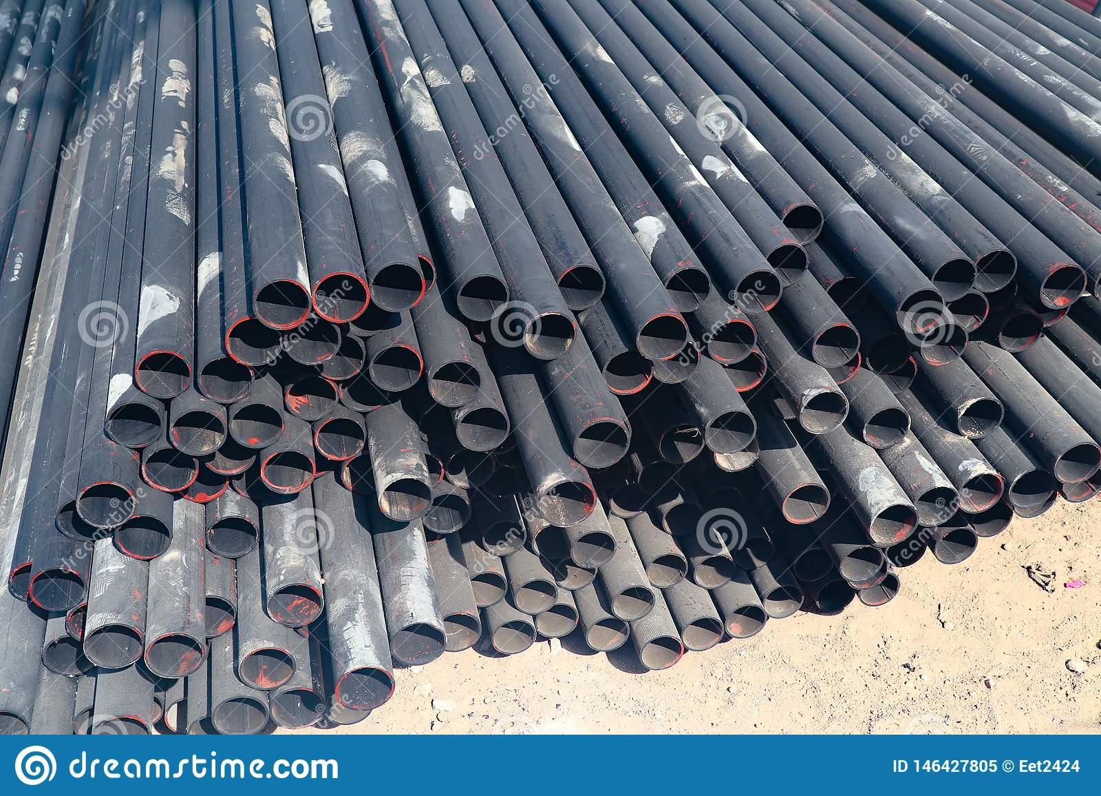 Metaal en aluminium de pijp hoopt in het ladingspakhuis op voor vervoer aan de fabriek