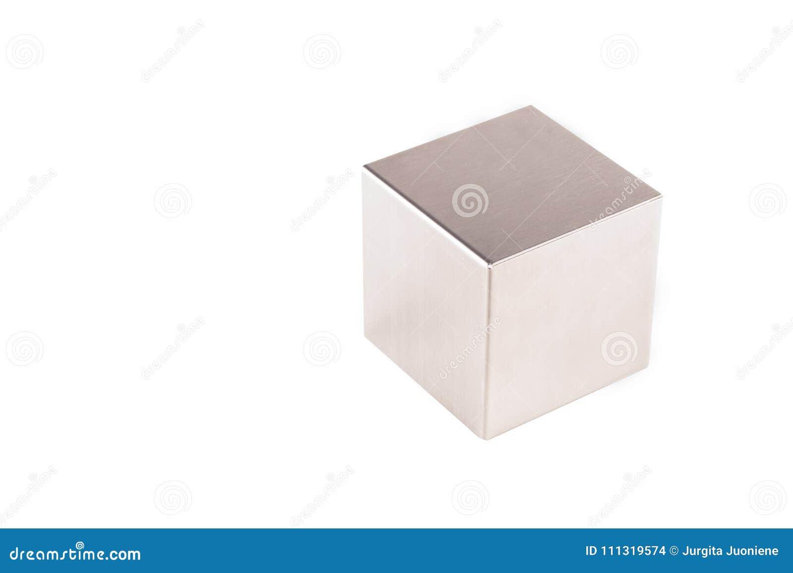 Metaal grijze kubus op een witte achtergrond