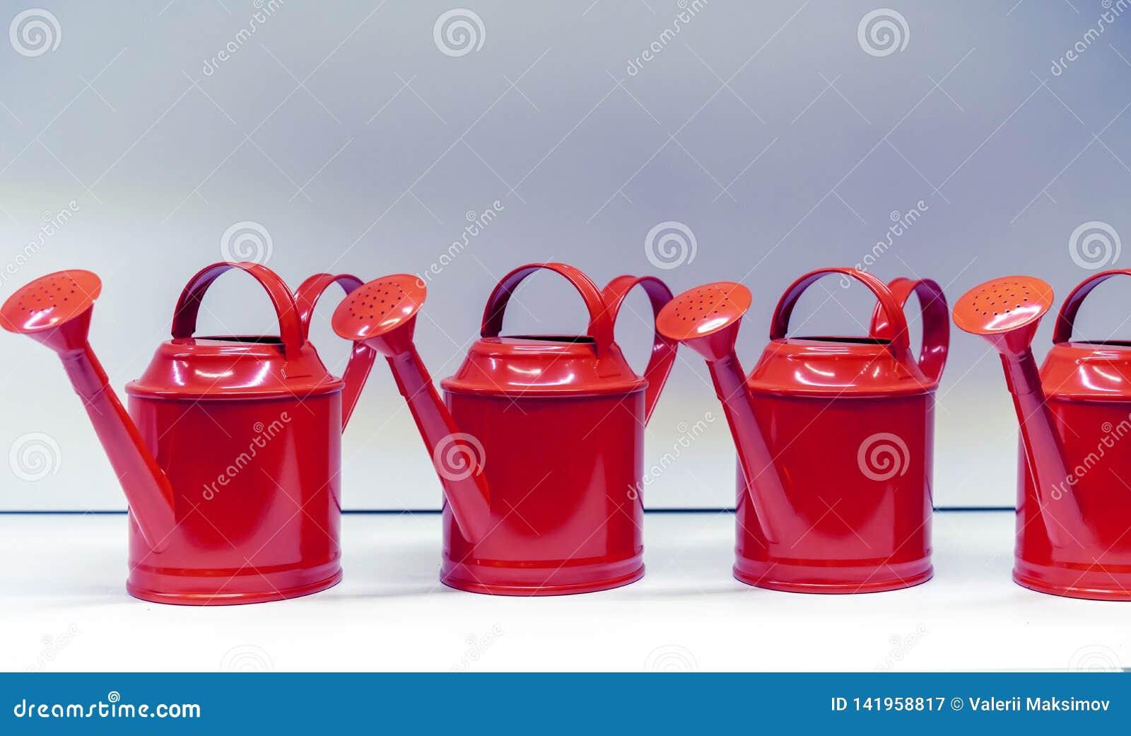 Metaal rode gieters voor het water geven van bloemen en installaties