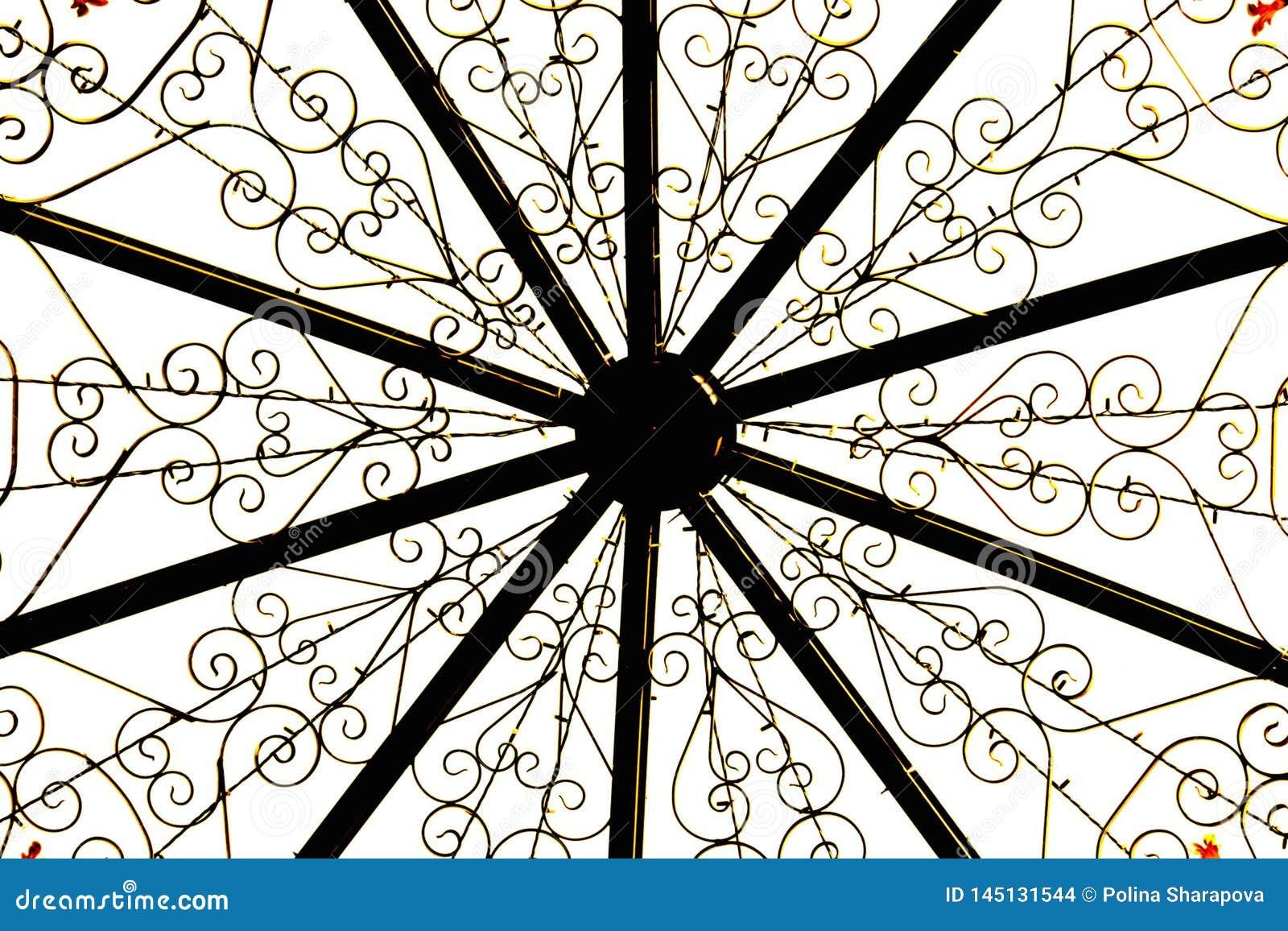 Metaalbouw, gouden bloempatronen op witte achtergrond