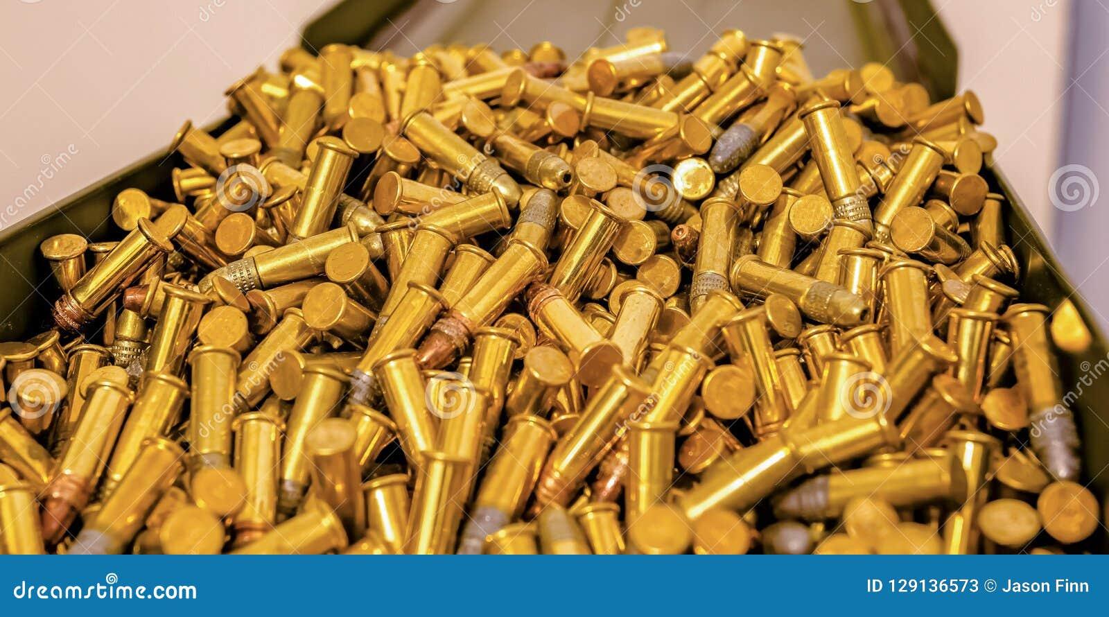 Metaaldoos met cilindrische gouden kogels wordt gevuld die
