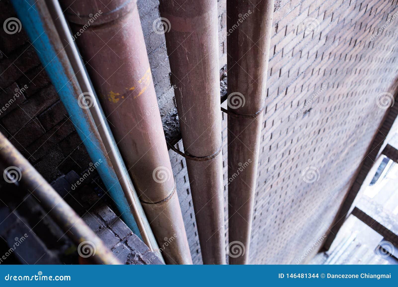 Metaalpijpleiding onder concreet plafond van warenhuisbouw