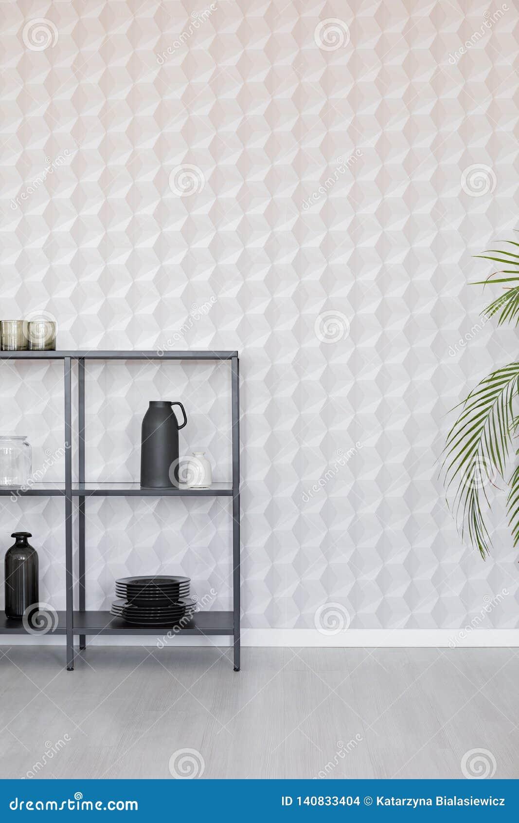 Metaalplank met vazen, plaat en toebehoren op lege muurmuur met uniek behang, echte foto met exemplaarruimte