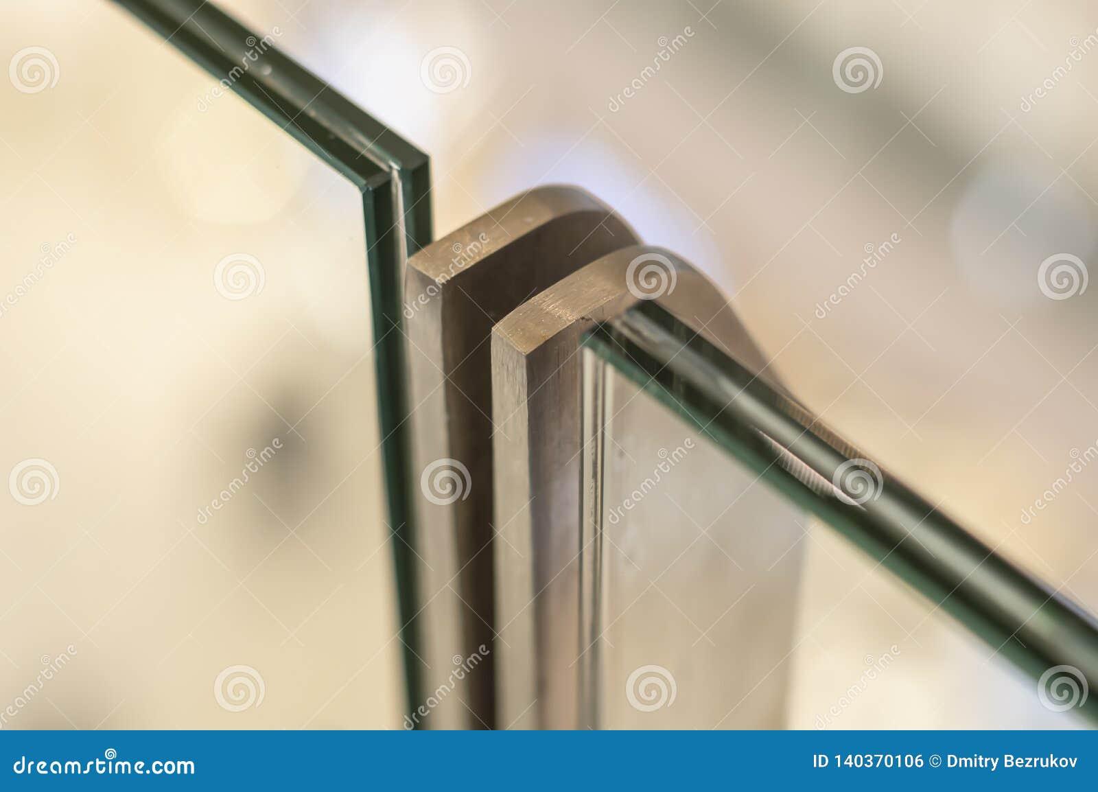 Metaalrek met inrichting voor triplex glas