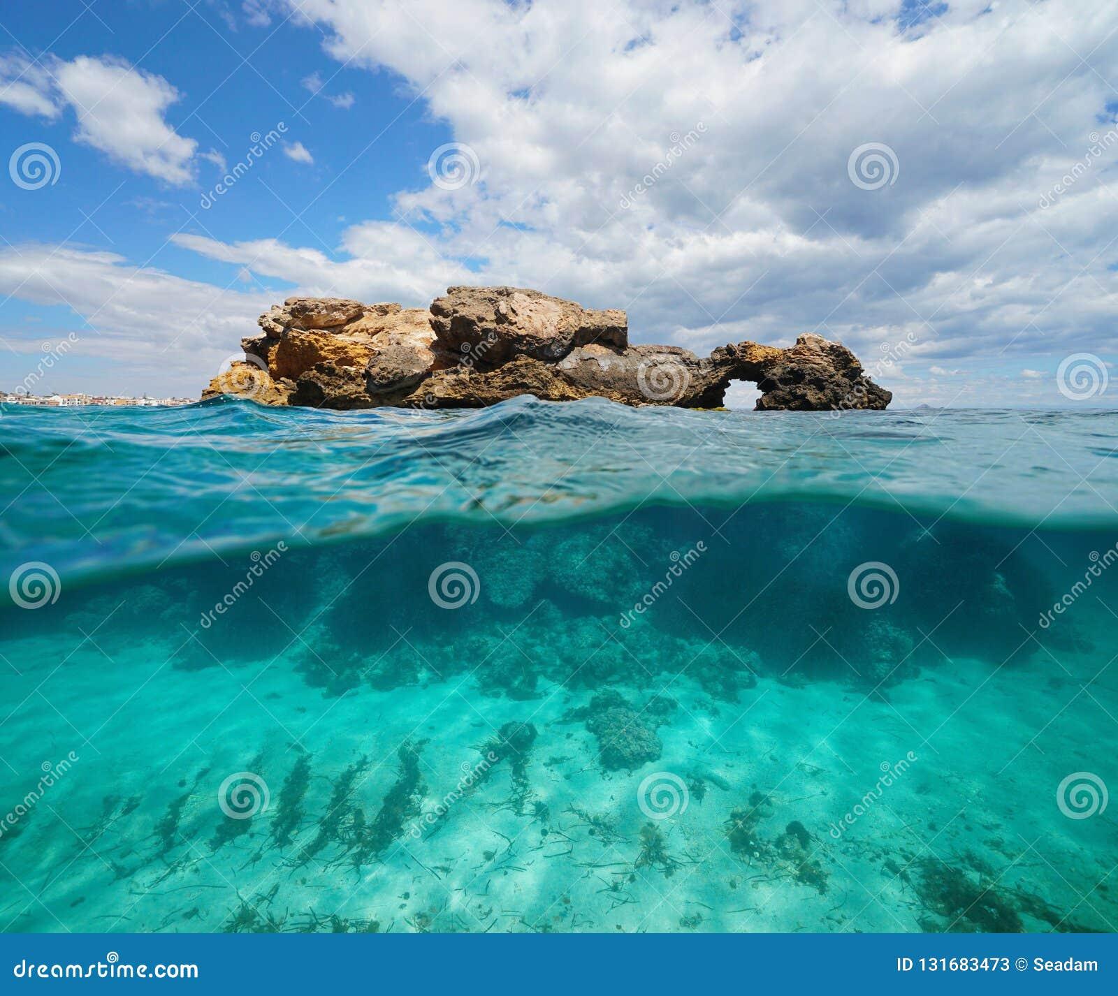 Metade da opinião da separação da formação de rocha acima e abaixo da superfície da água, mar Mediterrâneo