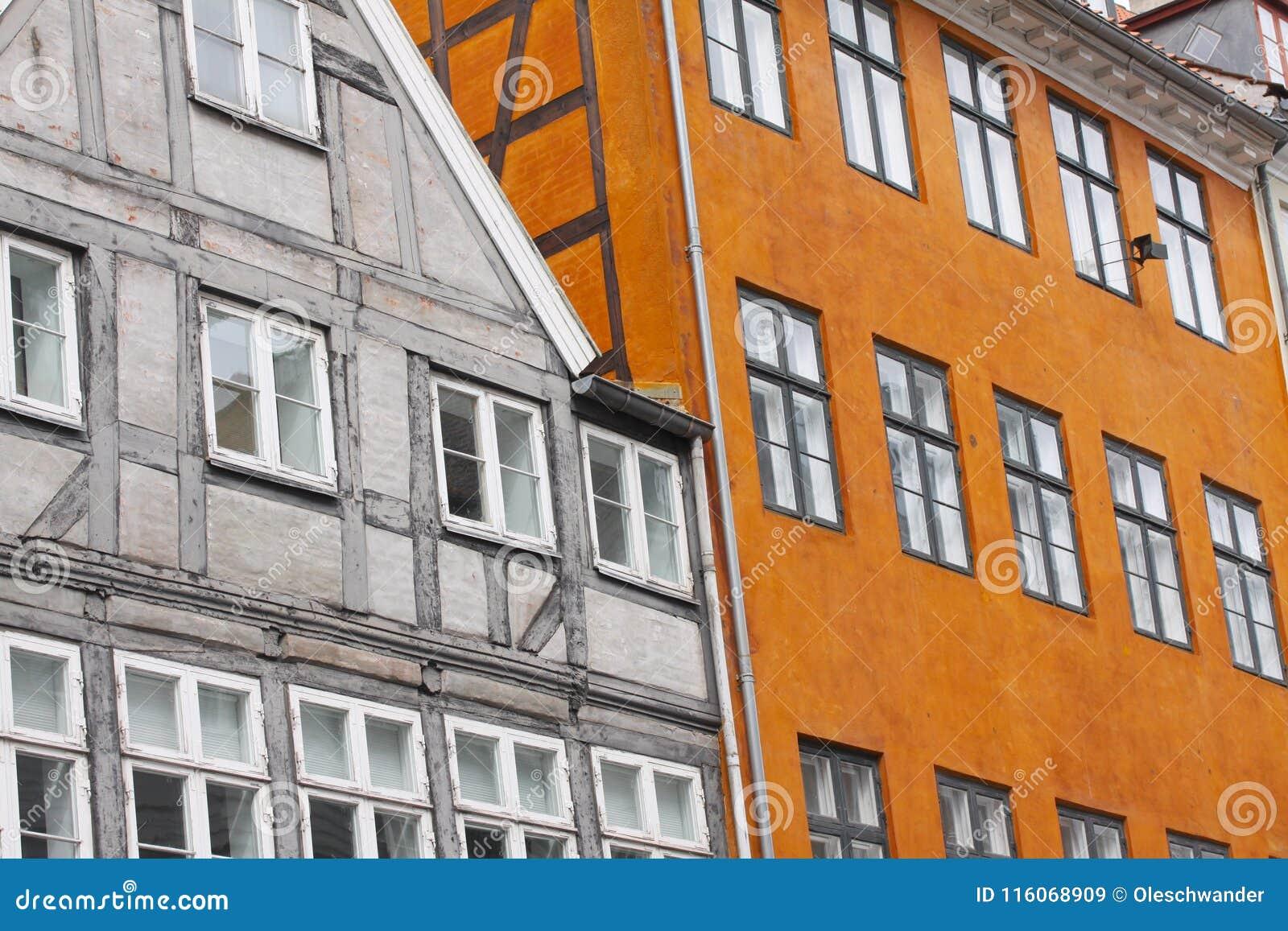 A metade europeia clássica histórica da cidade velha suportou a arquitetura das construções Fachadas exteriores do clássico do ce