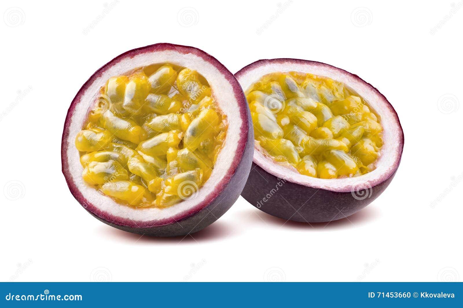 Metades do fruto de paixão 2 de Maraquia isoladas no fundo branco