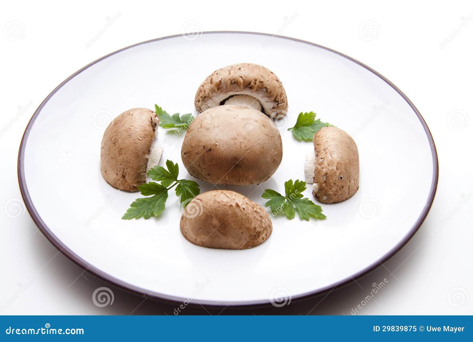 Metades dos cogumelos na placa