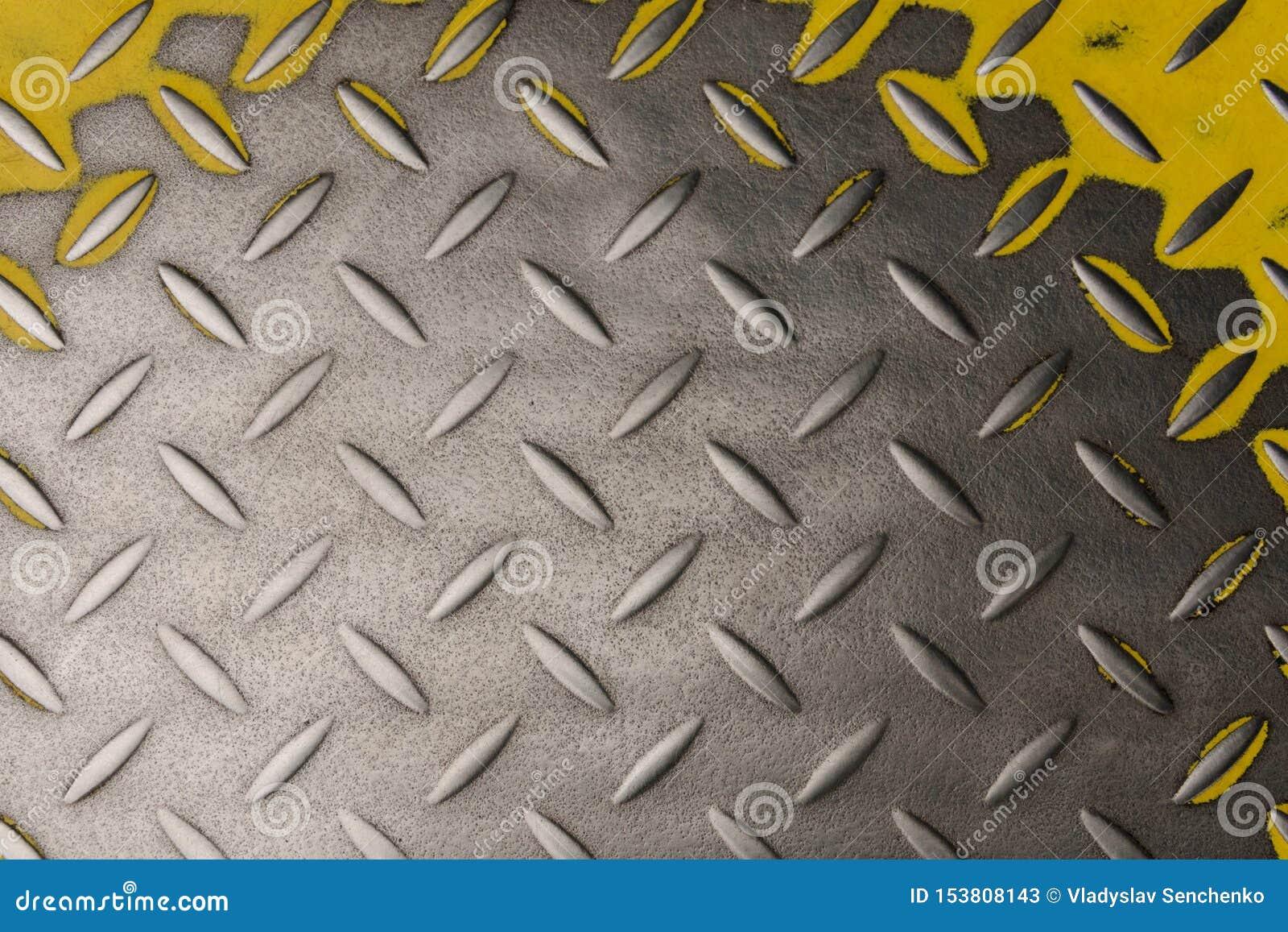 Metal żłobiący talerz z żółtym kolorem