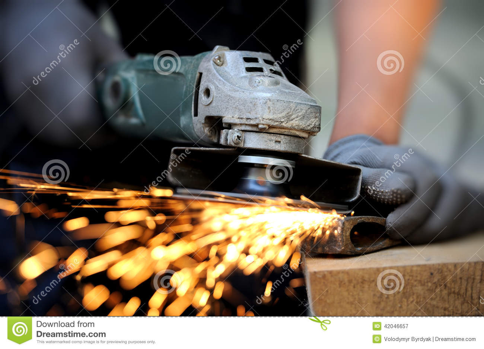 Metal del corte del trabajador con la amoladora