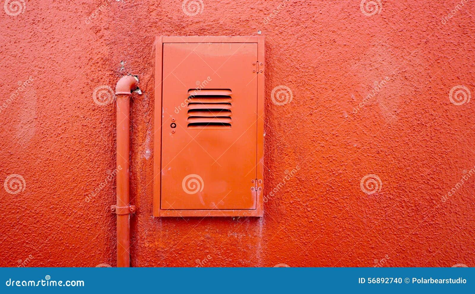 Pareti Colore Arancione : Metal il tubo e la scatola elettrica sulla parete arancio di colore