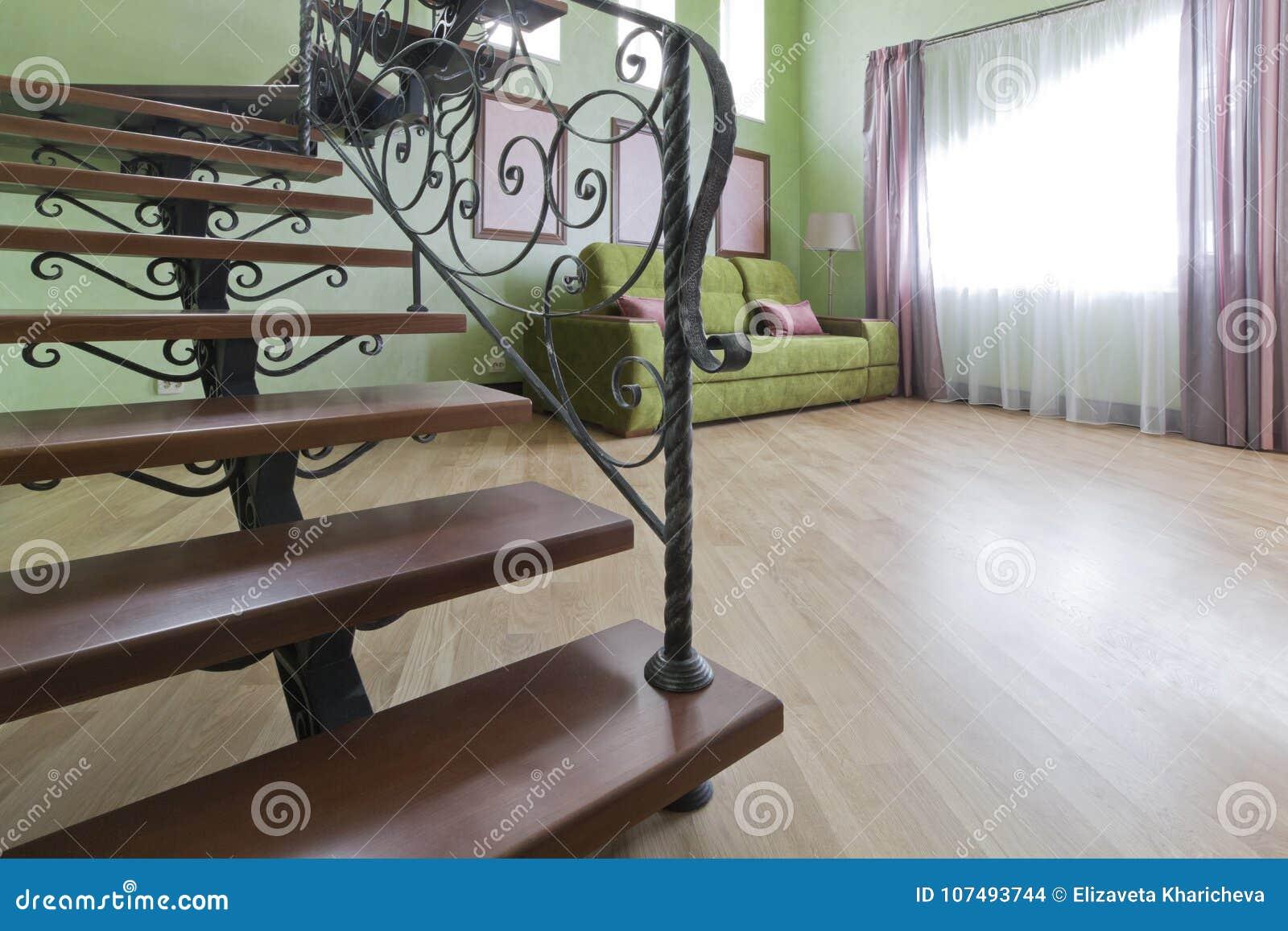 Metal L\'escalier Noir Avec Des étapes En Bois Dans L\'intérieur Photo ...