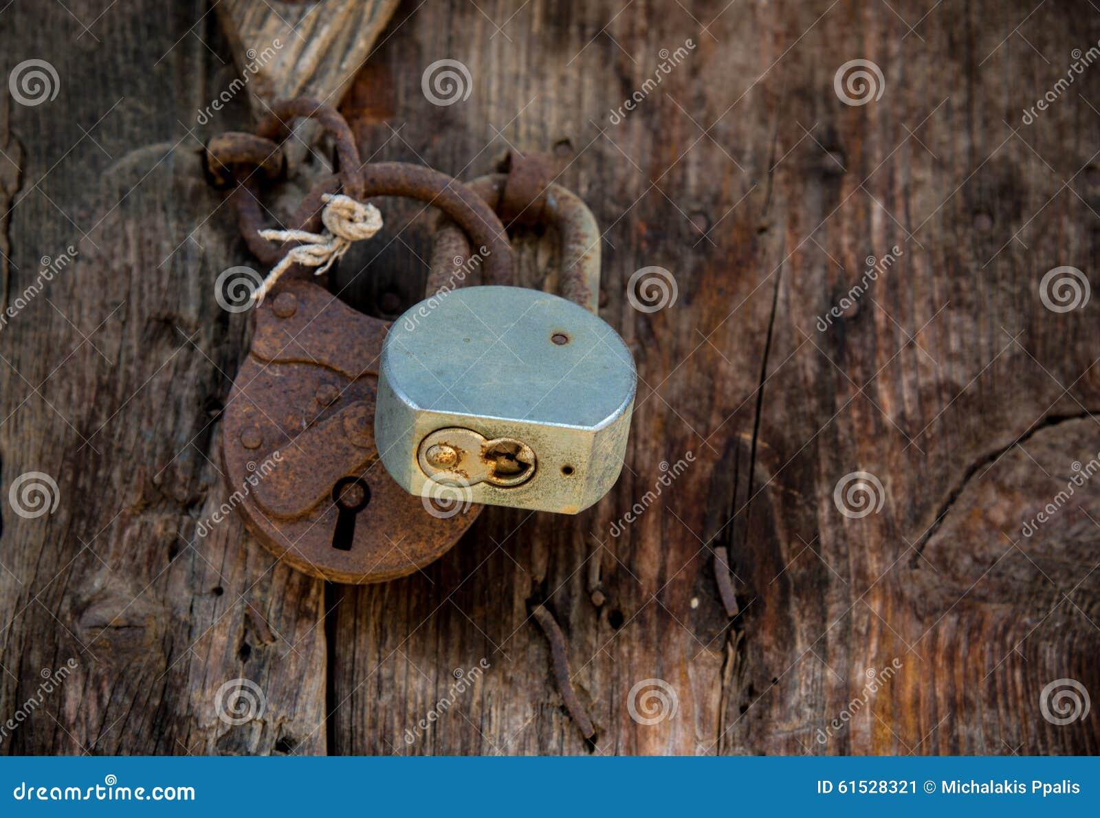 Metal le cadenas rouill sur une vieille porte en bois - Restaurer une vieille porte en bois ...