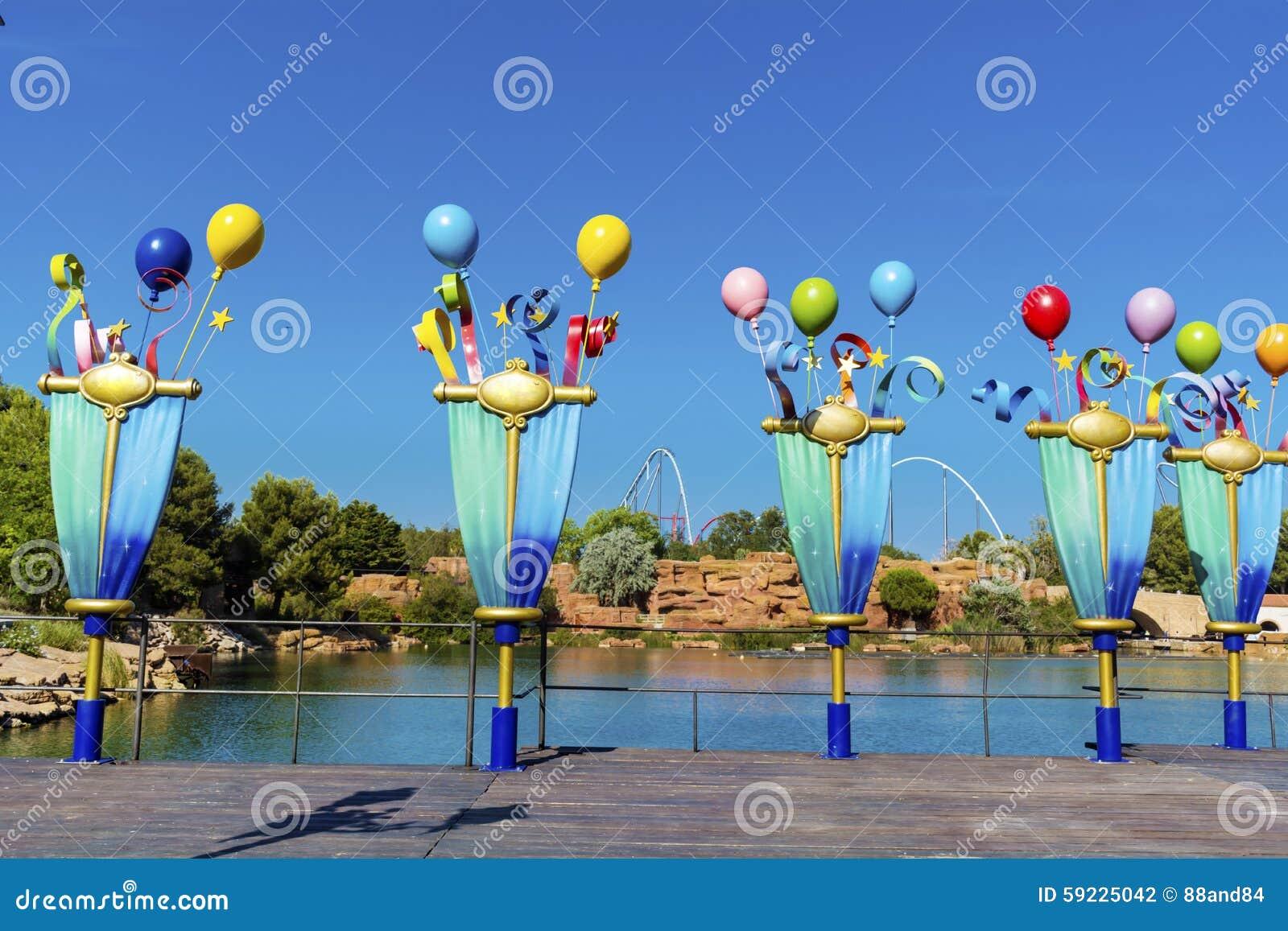 Download Metal Los Polos Decorativos Con Los Globos En Parque De Atracciones Foto de archivo - Imagen de embellezca, atracción: 59225042