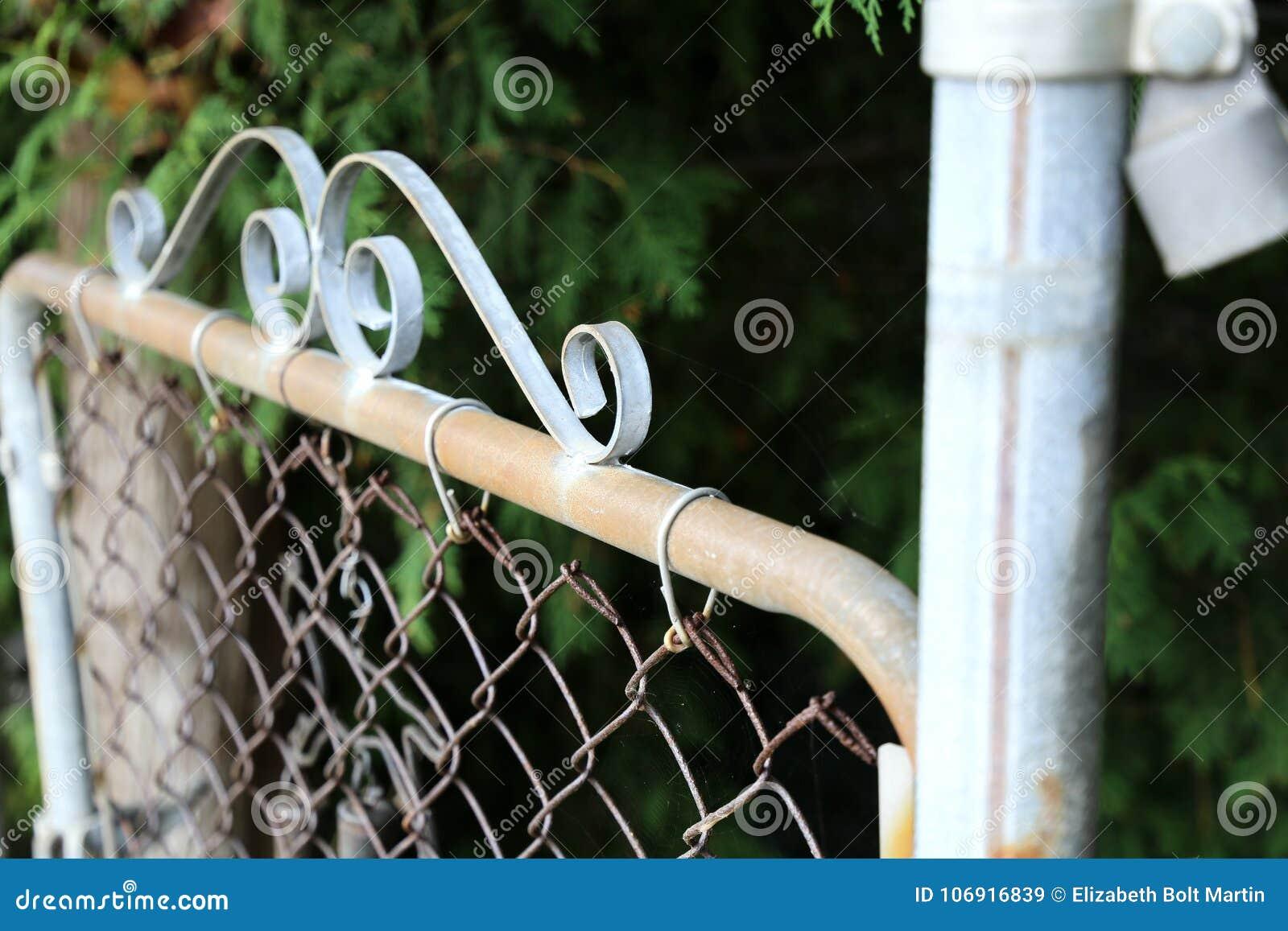 Metal Ogrodowa brama w lecie