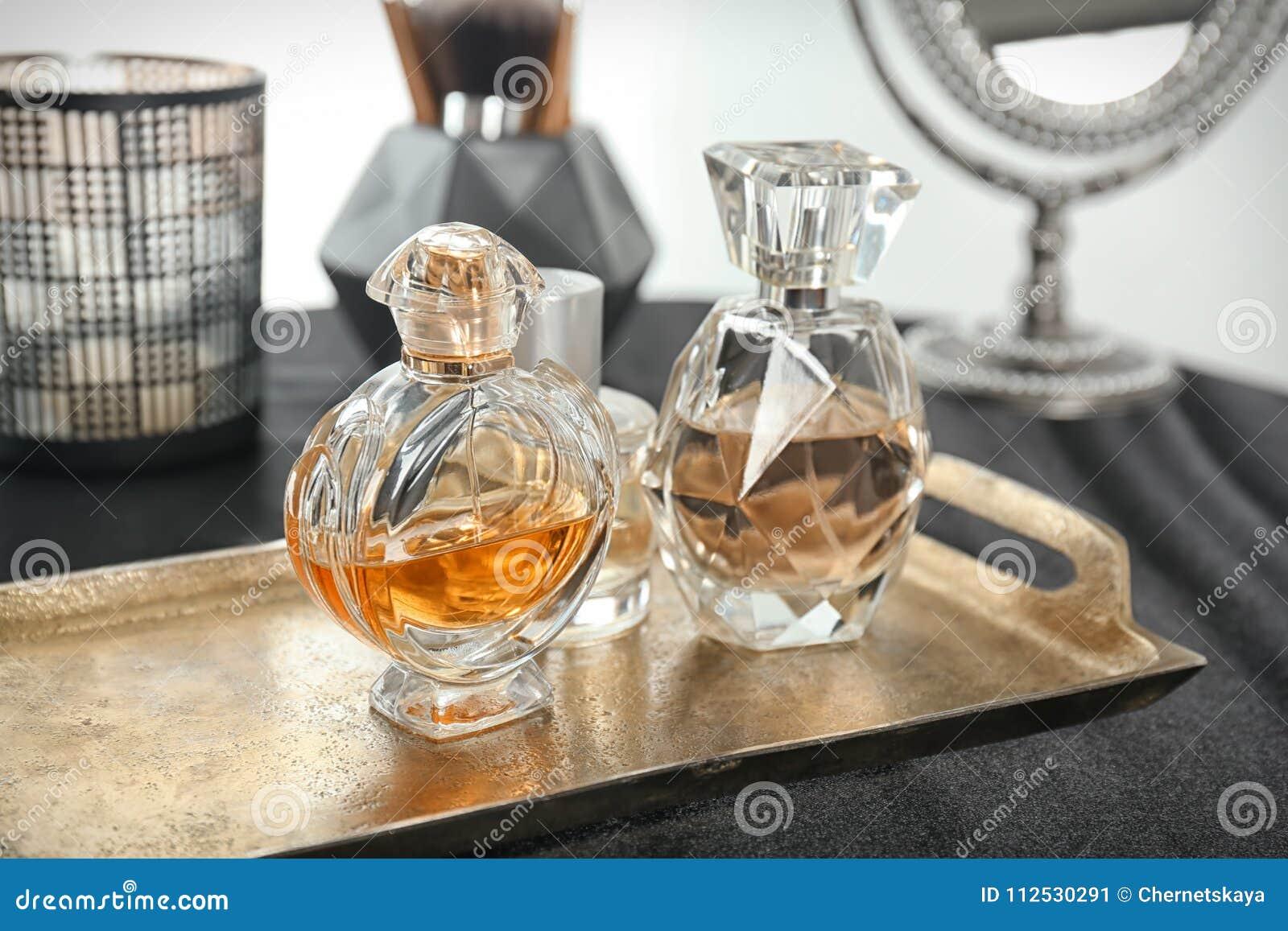 Metal taca z pachnidło butelkami