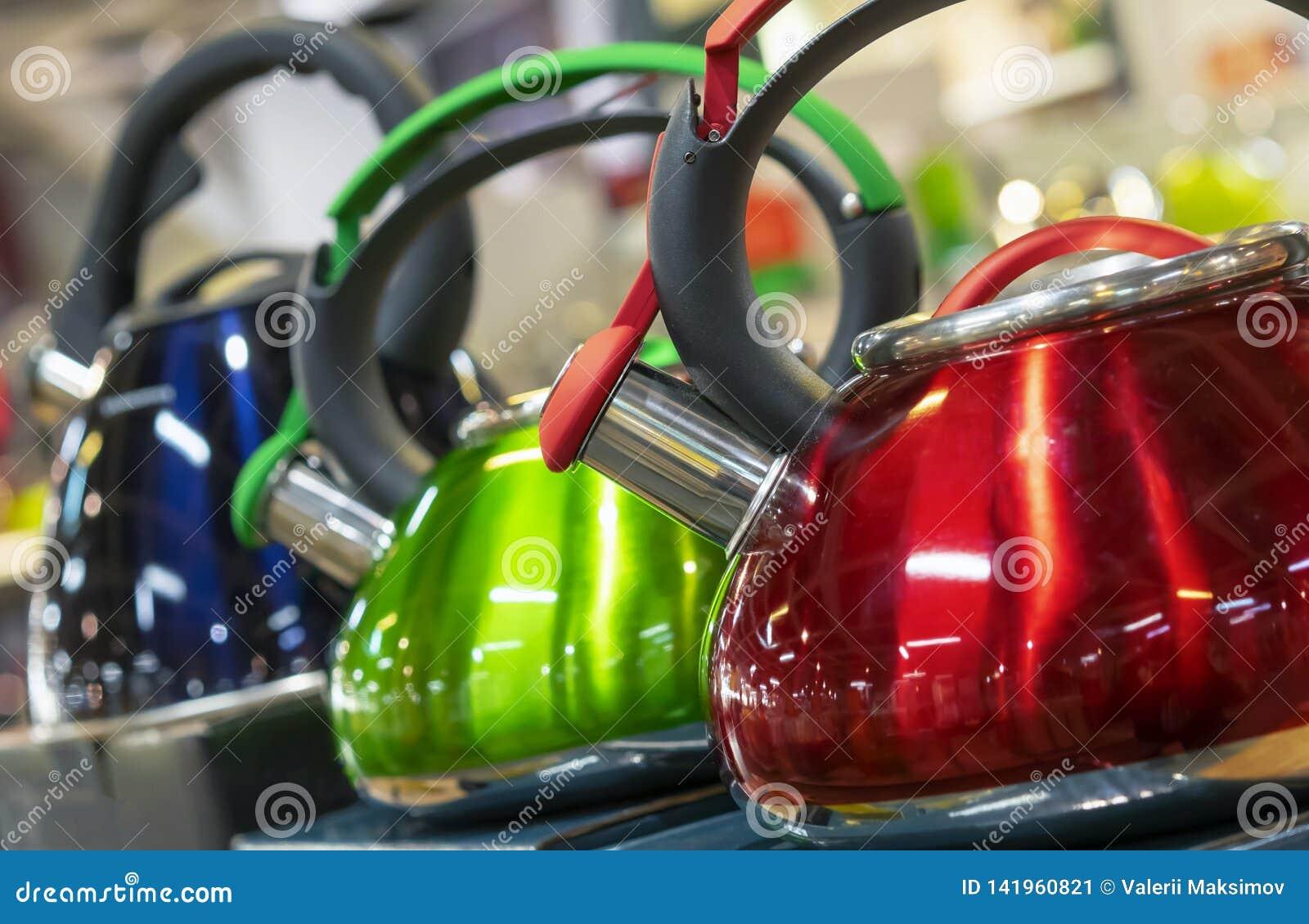 Metali czajniki z gwizd różnorodni kolory