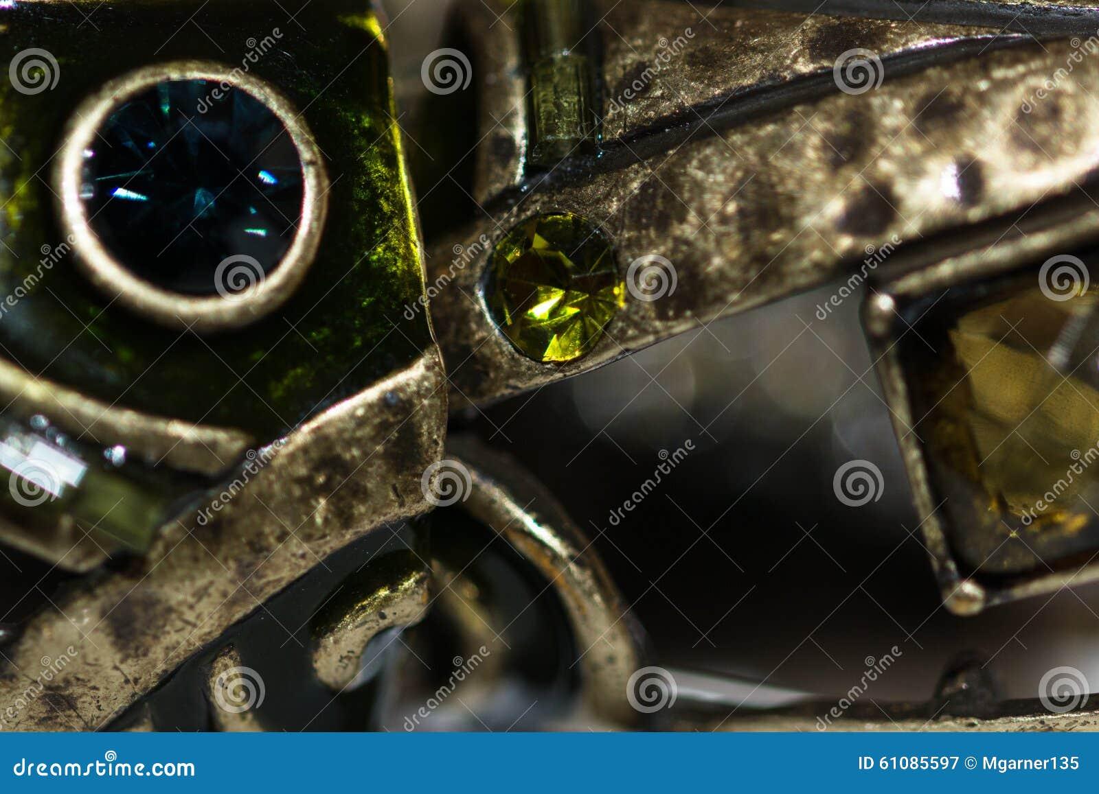 Metall u. grüne Juwelen