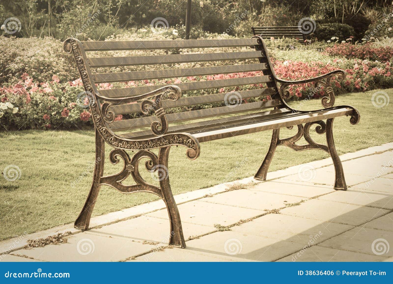 Metallbank im Garten. stockfoto. Bild von metall, park - 38636406