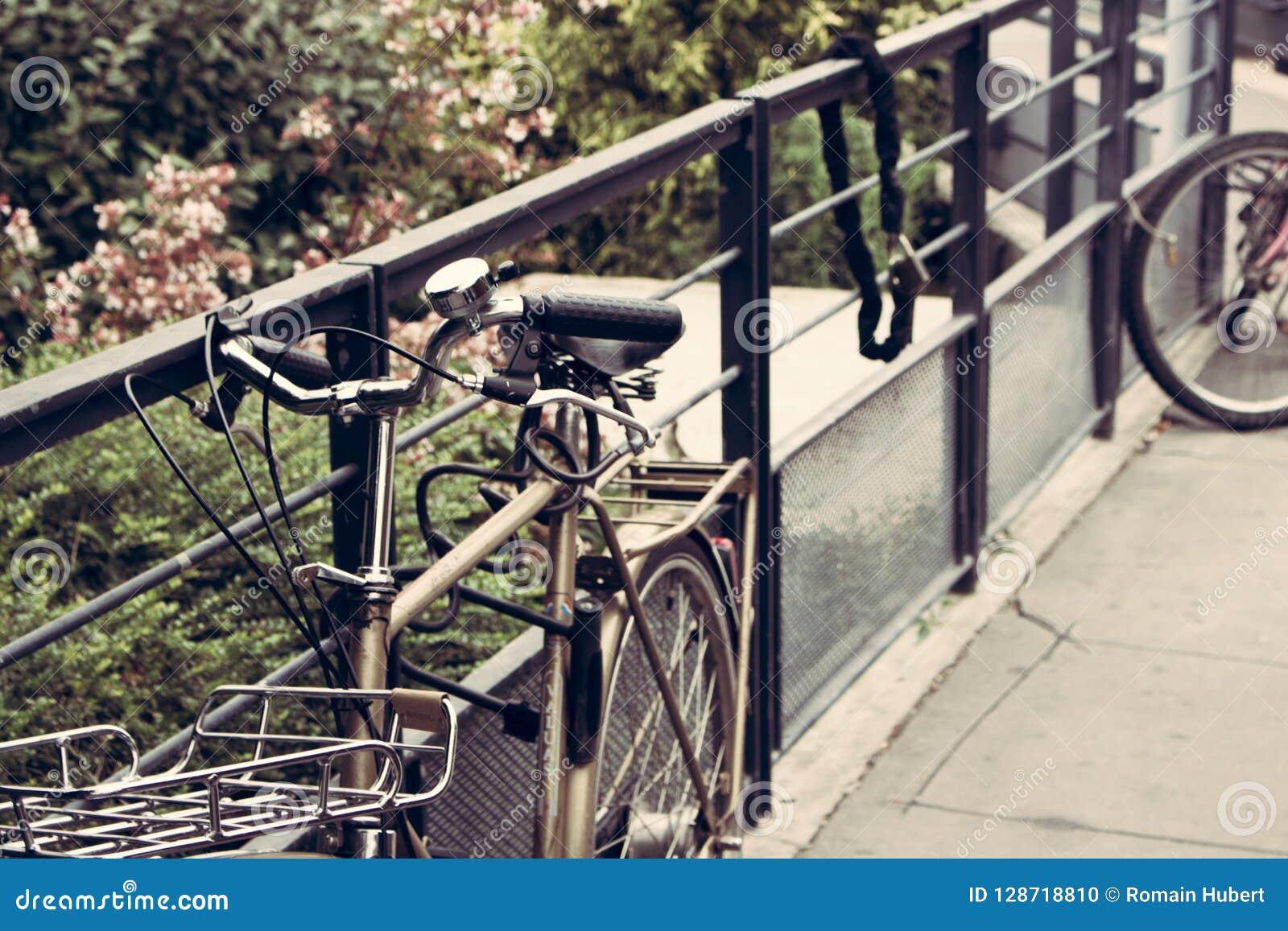 Metallcykel som hänger på ett staket