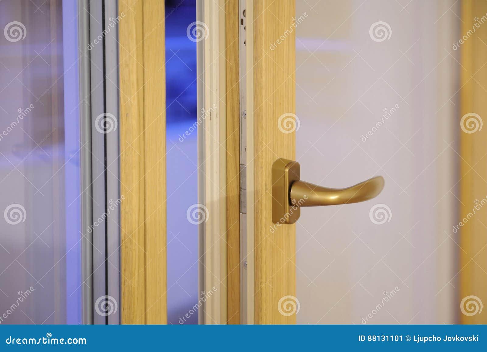 Metallgriff auf Fenster stockbild. Bild von dekor, gold - 88131101
