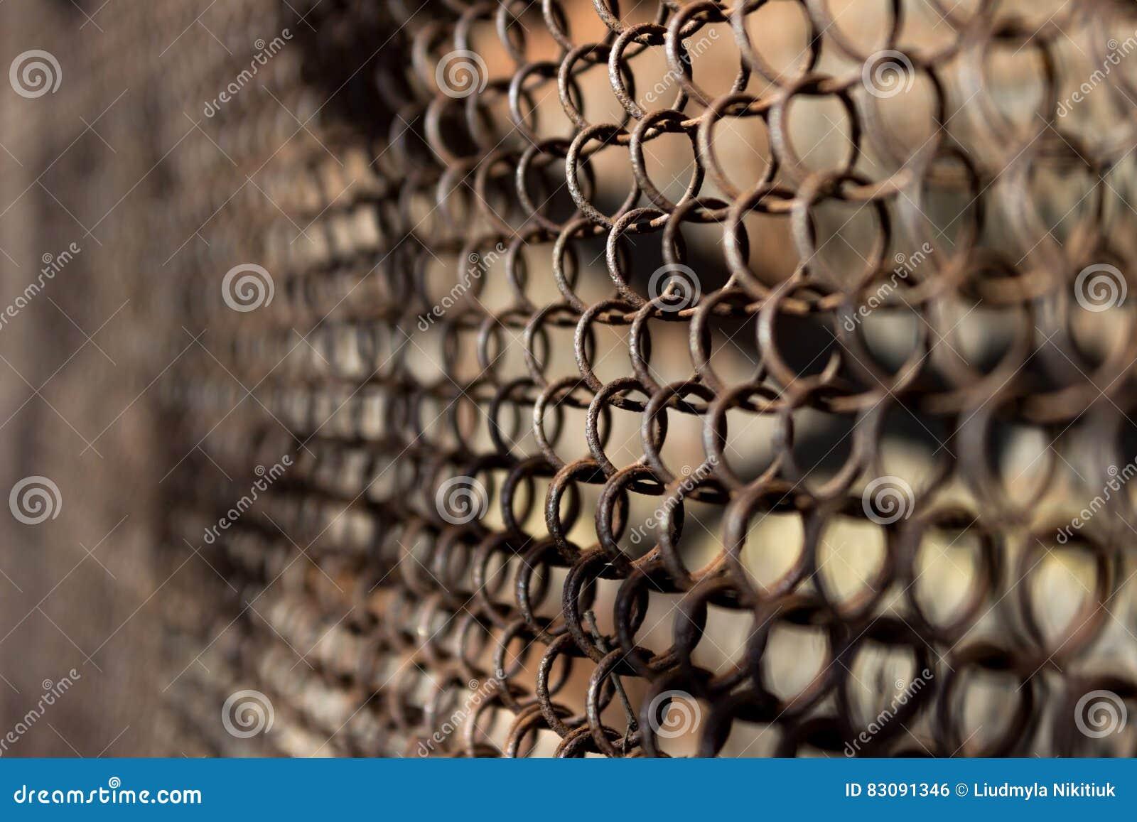 Metallischer Rostiger Zaun In Einem Gitterhintergrund Stockfoto