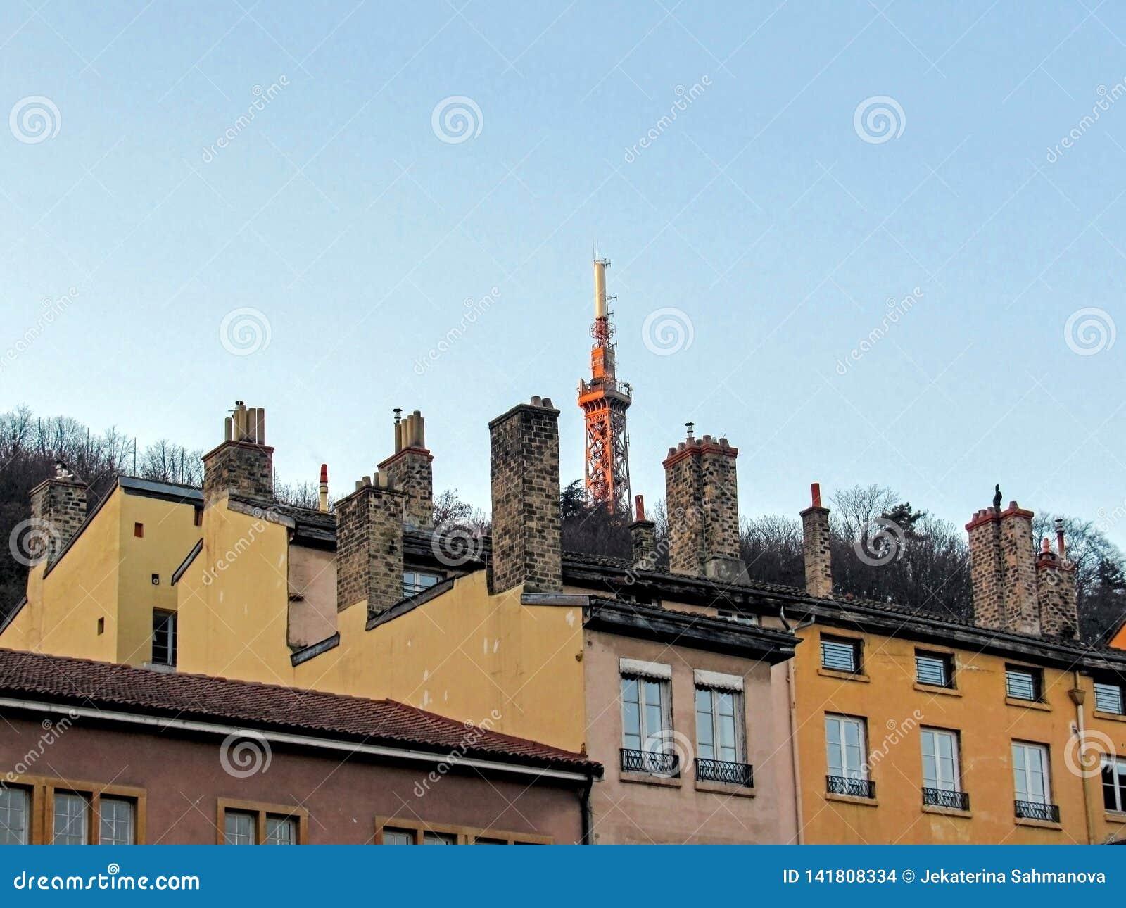 Metallischer Turm von Fourviere, Stahlgerüstturm mit Dachspitzen und Kaminen, Lyon, Frankreich, Europa