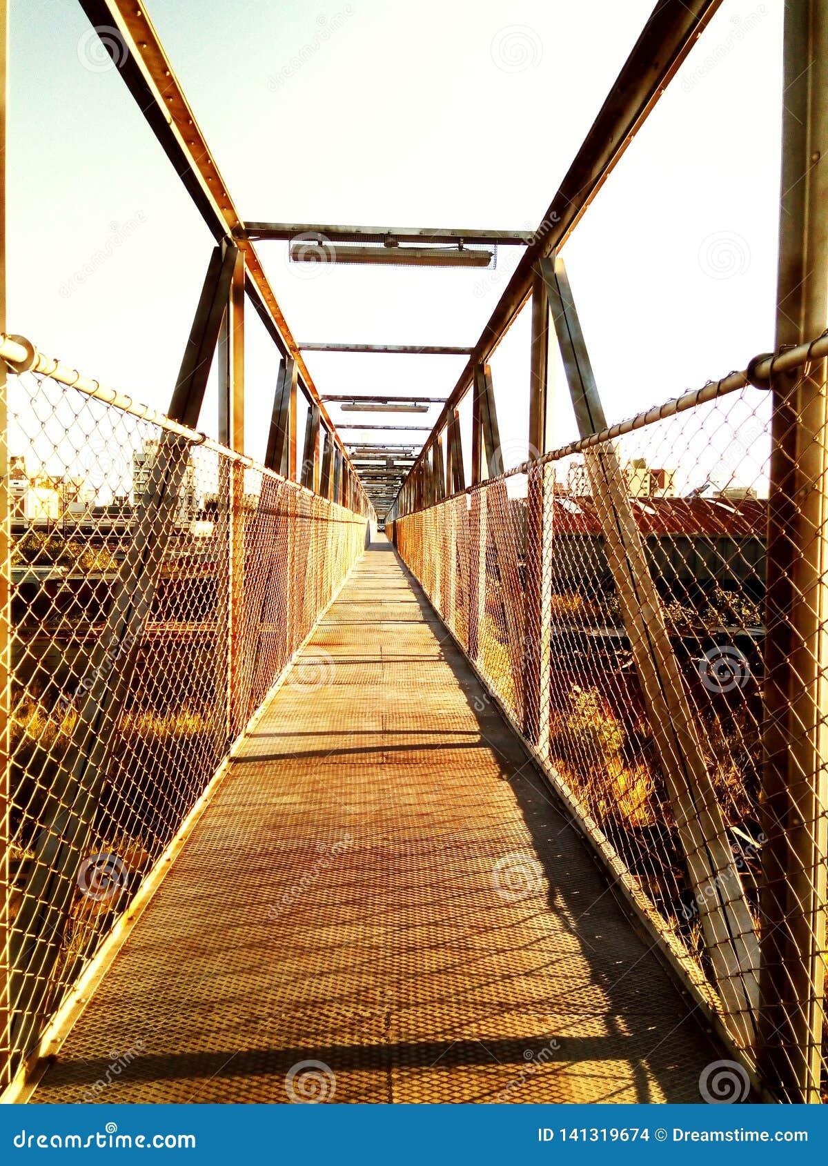 Metallisk bro av en gammal avlagd drevstation som överges till beståndsdelarna