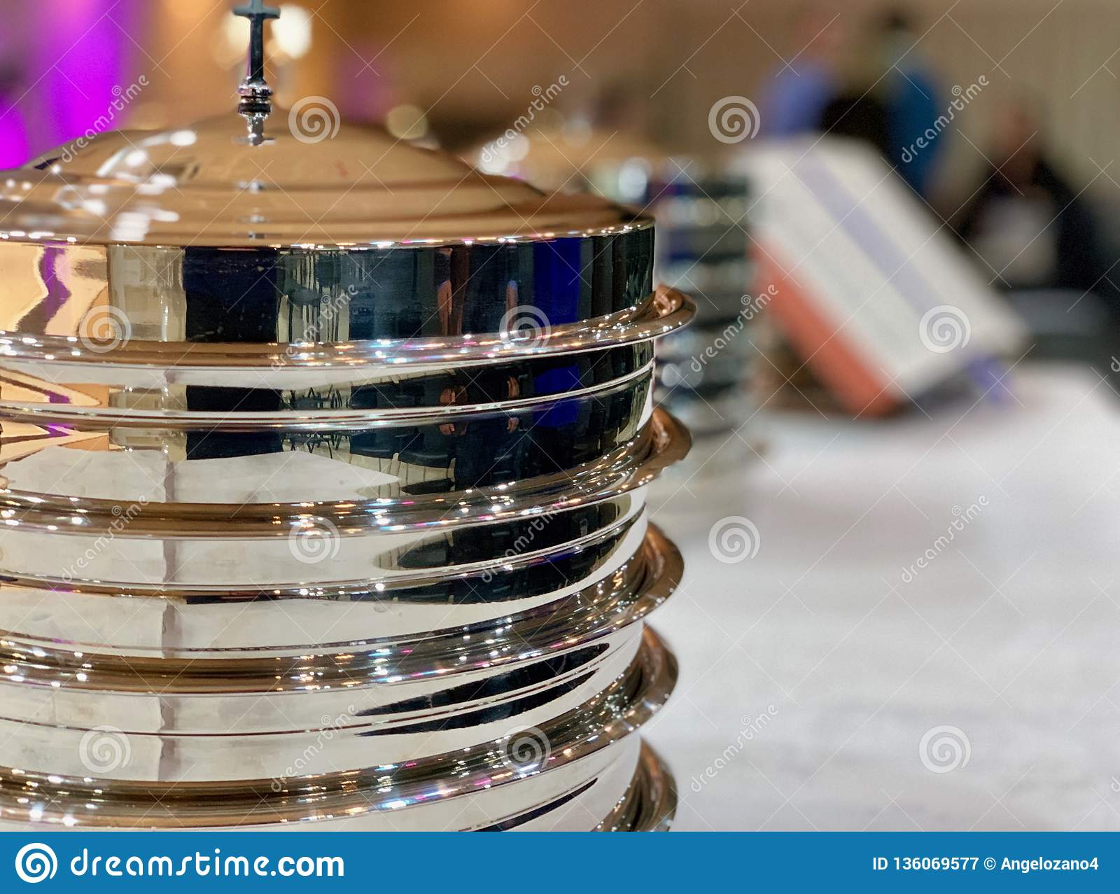 Metallisk disk som förbereds för den Lord's kvällsmålet i en Baptist Church