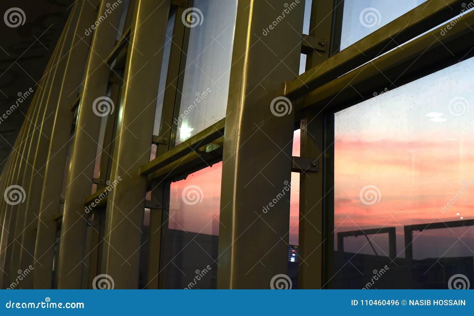 Metallisk skyddsvägg med fotografiet för naturlig bakgrund