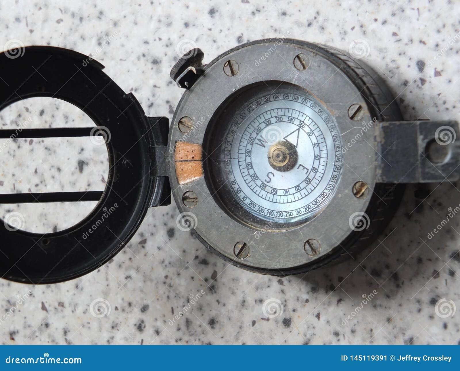 Metallkompass för tappning WW2 med det öppna locket