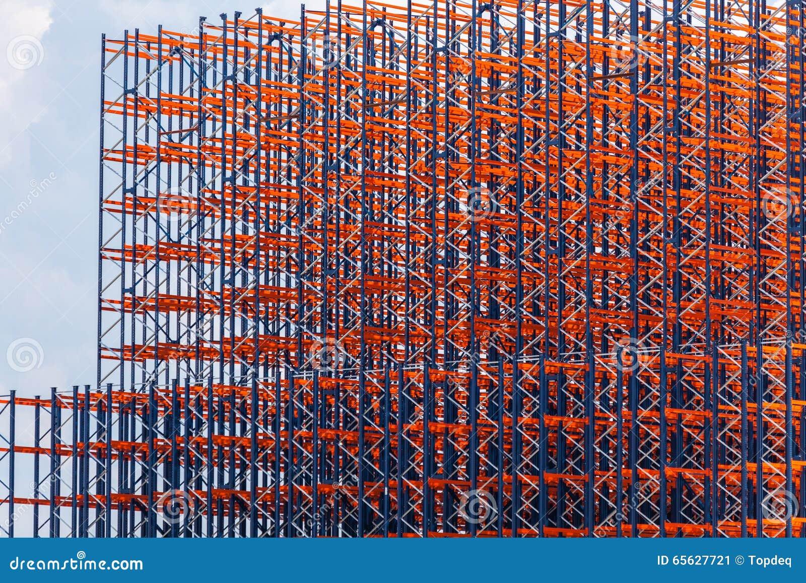 Metallkonstruktion på himmelbakgrunden