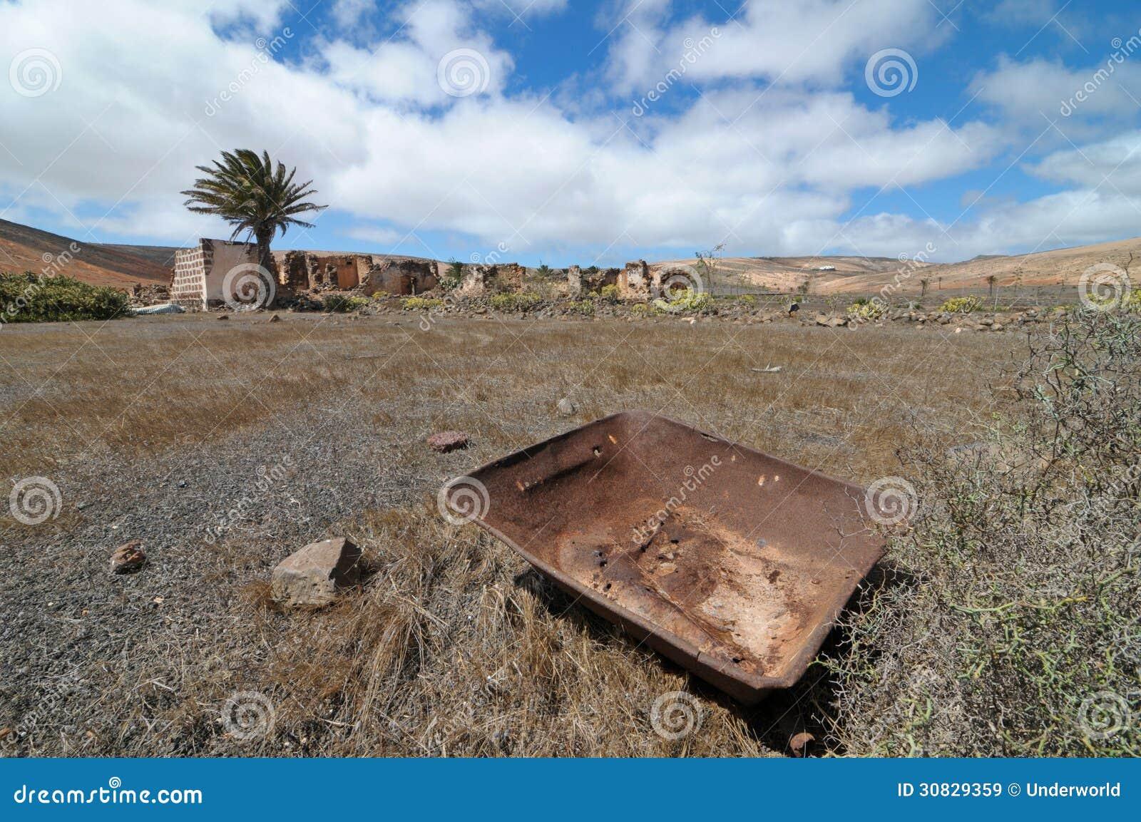 Metallo arrugginito sopra un deserto