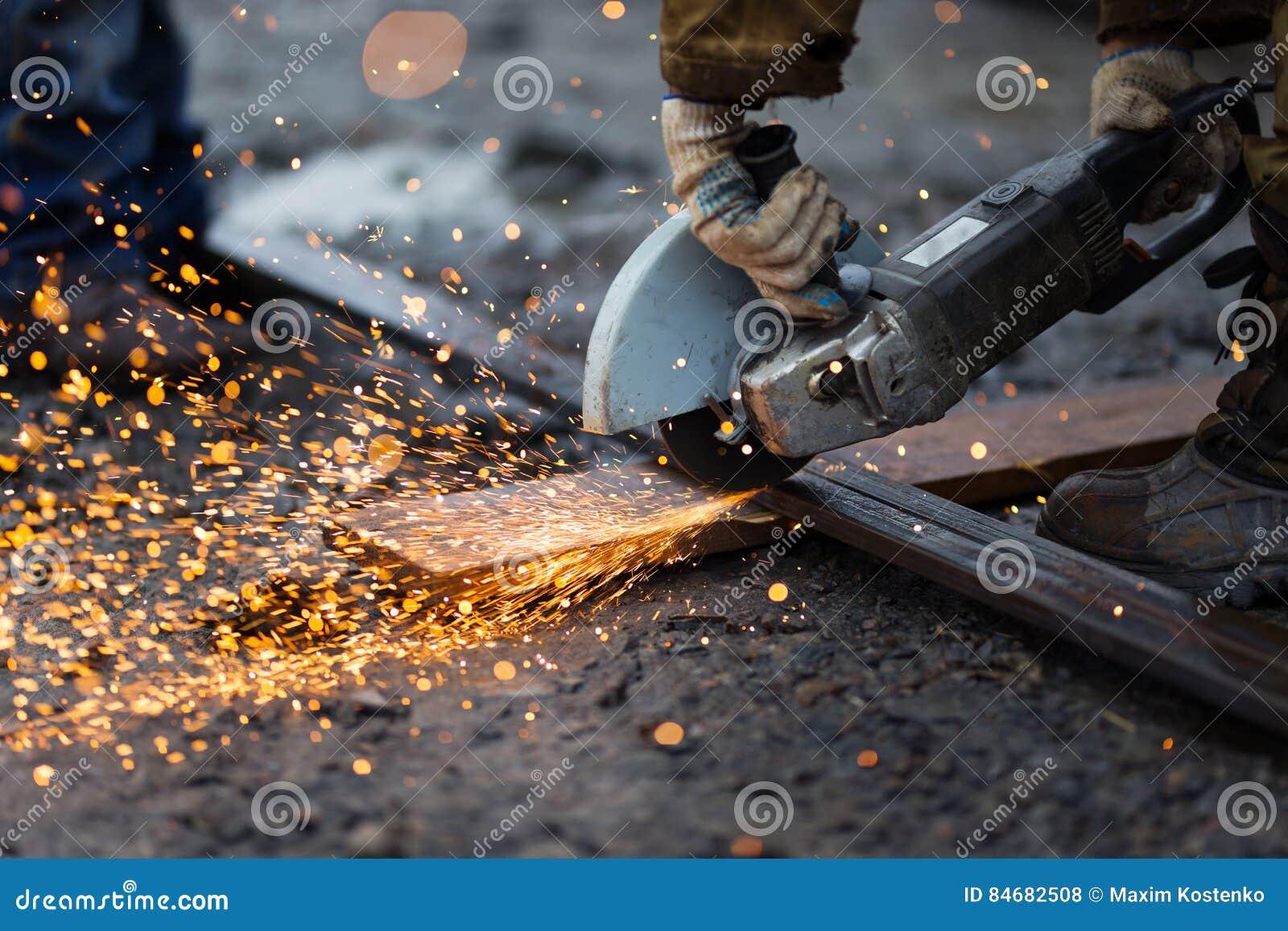 Metallo di taglio con la smerigliatrice di angolo