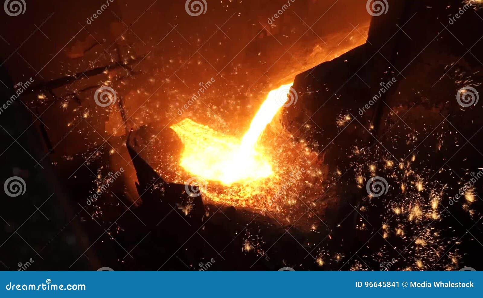 Metallo liquido dall'altoforno Ferro liquido dalla siviera nell'acciaieria archivi video