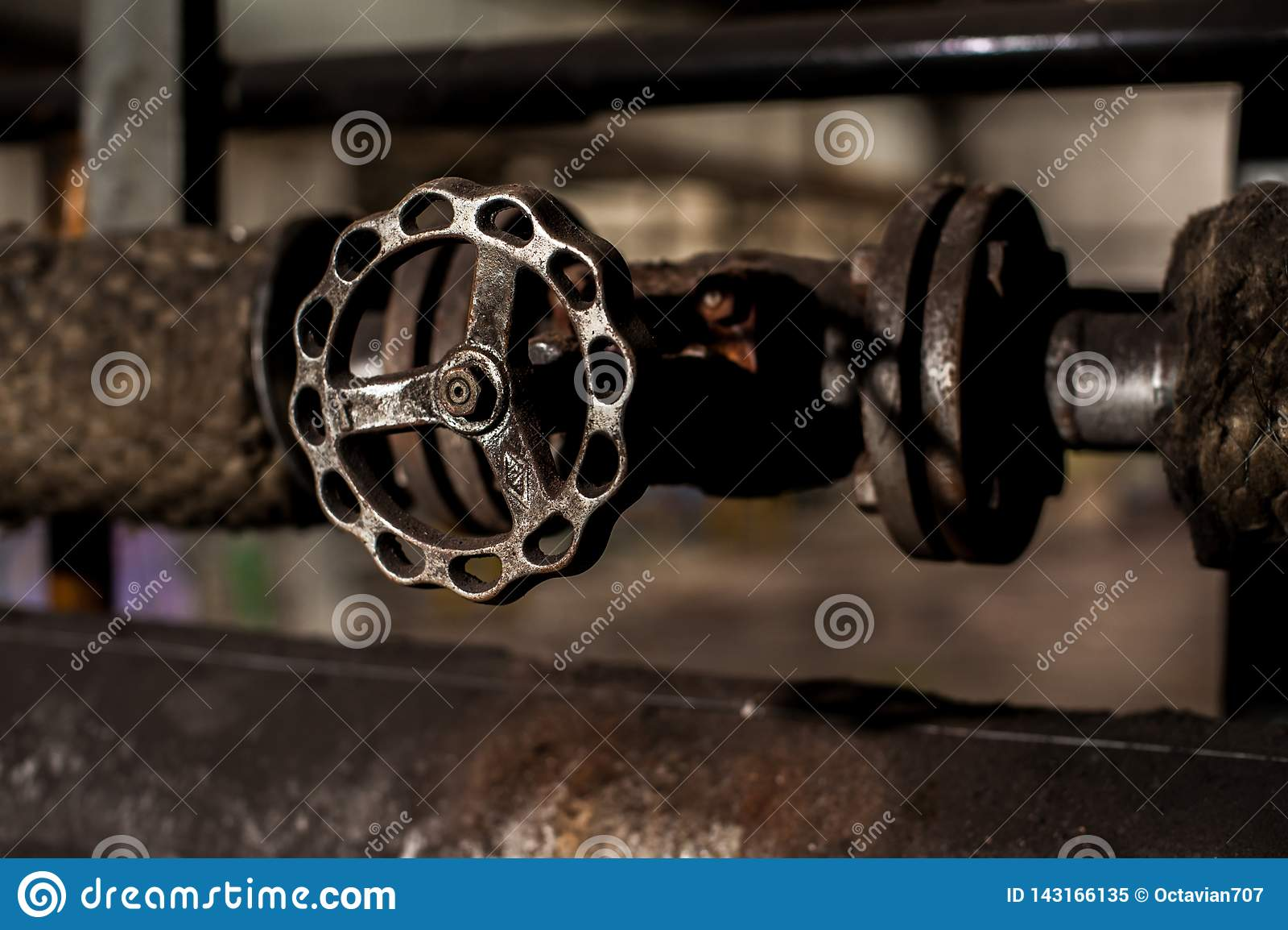 Metallradventil auf industriellem Rohr