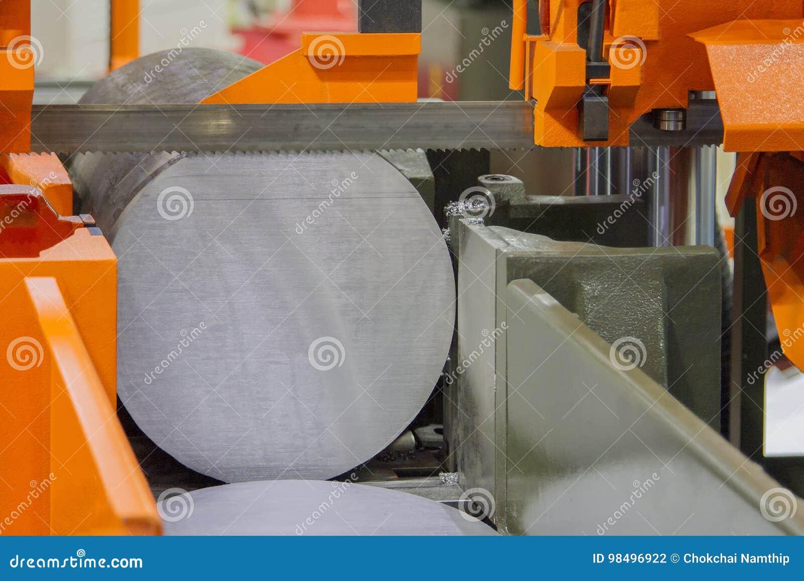Metallsägenmaschine auf Ausschnitt für Stahl