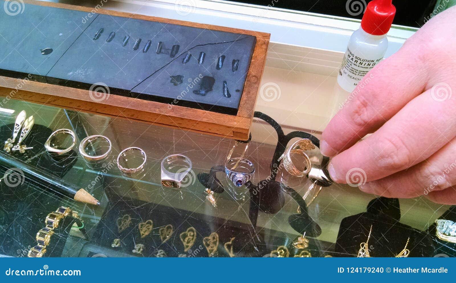 Metallurgisten utför eldprov på smycken som ska handlas