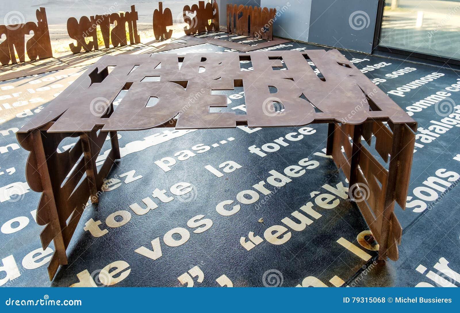 Metalu chrzcielnica Rdzewiejący stół