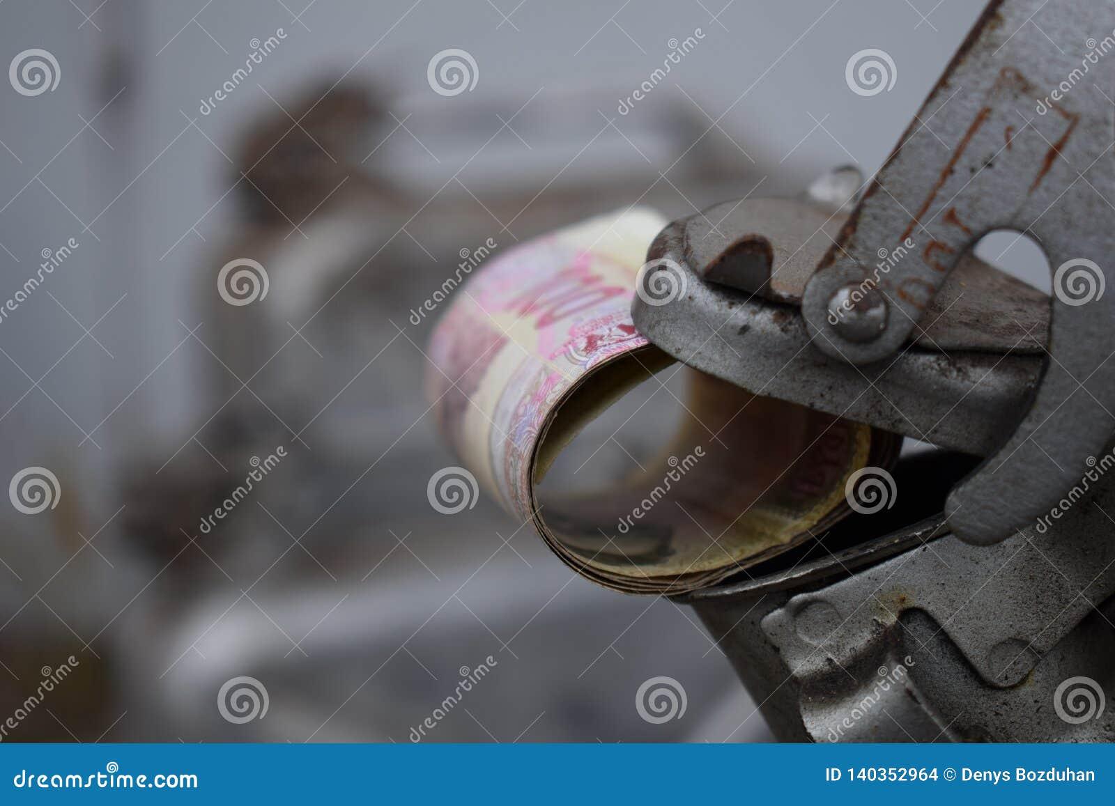 Metalu lufowy i Ukraiński pieniądze pojęcie koszt benzyna, olej napędowy, gaz Refilling samochód Rolka banknoty 100