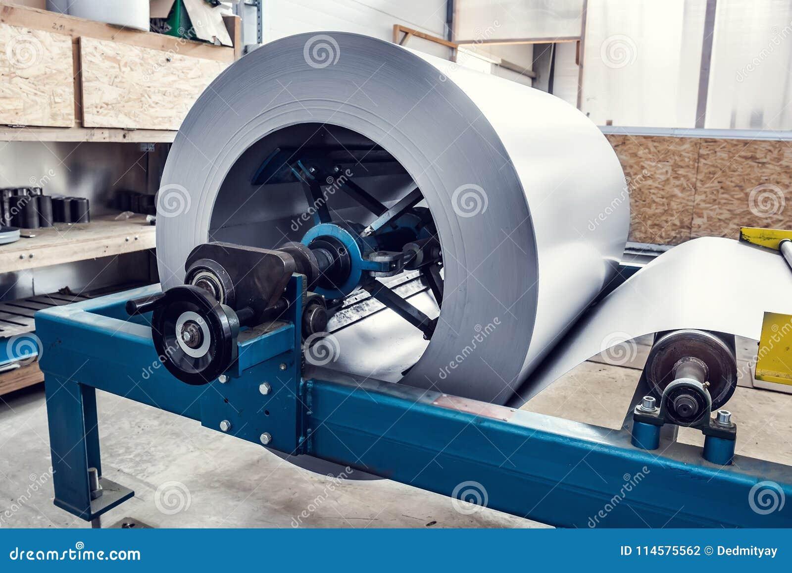 Metalu prześcieradła rolka w przemysłowej tworzy maszynie przy fabrycznym warsztatem, stalą nierdzewną i metalwork produkcją,