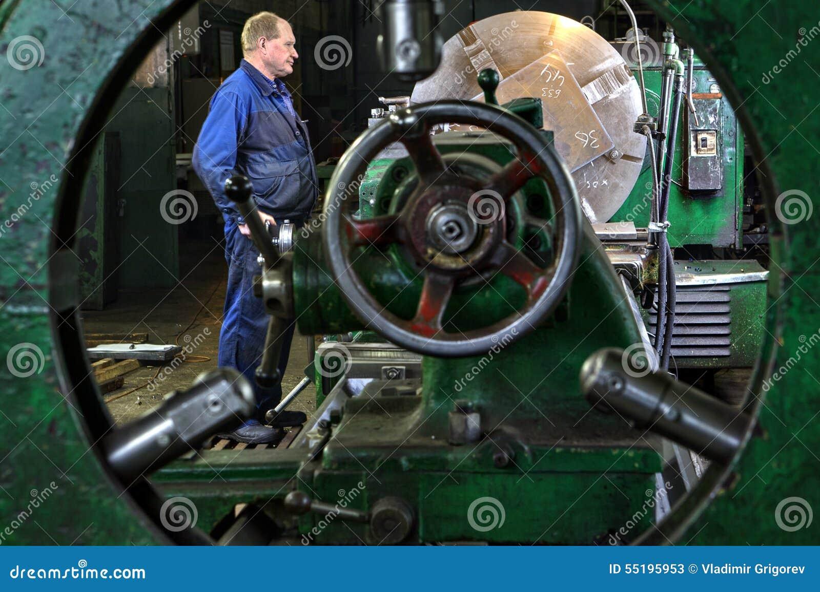 Metalu przerób na wielkiej tokarce, zataczarza maszynowego operatora kontrola