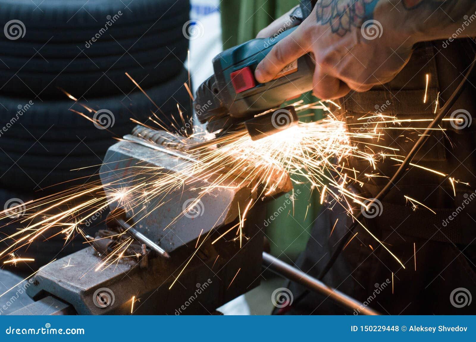 Metalu rozcięcie z szlifierską maszyną z iskrami