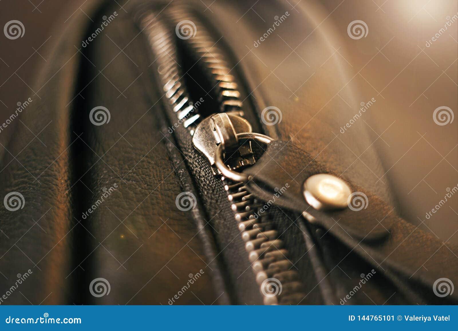 Metalu suwaczek na czarnej rzemiennej torbie