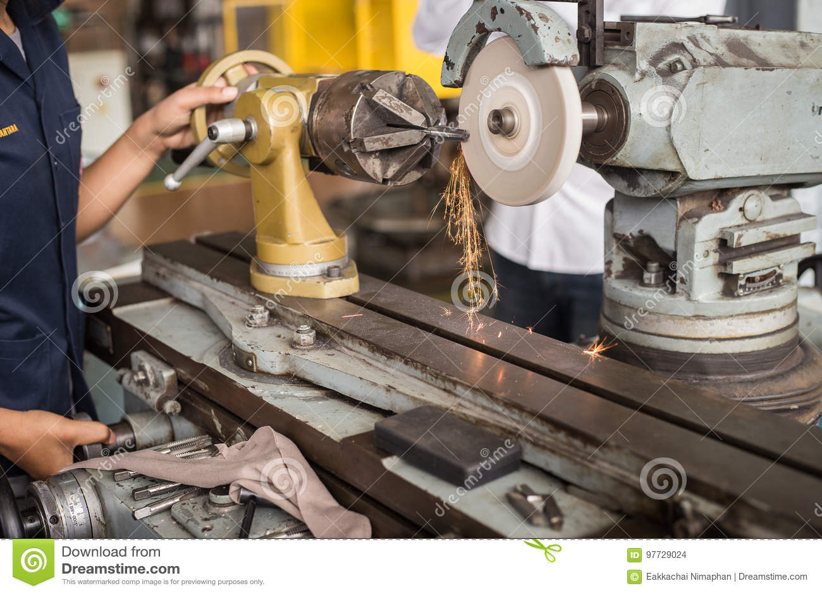 Metalworking przemysł: wykończeniowy metal pracuje na tokarskiej ostrzarz maszynie
