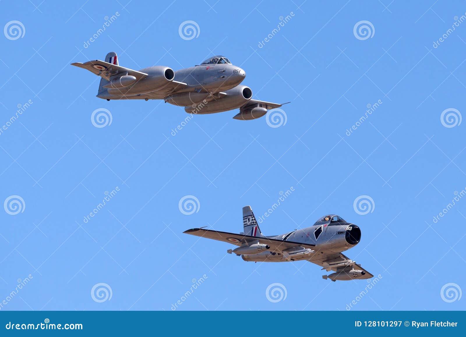 Meteora F di Gloster 8 aerei VH-MBX che conducono una sciabola F-86 nordamericano di CAC CA-27 nella formazione
